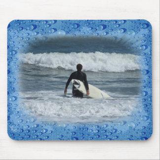 Onda pasada de la persona que practica surf una mouse pads