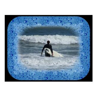 Onda pasada de la persona que practica surf una postal