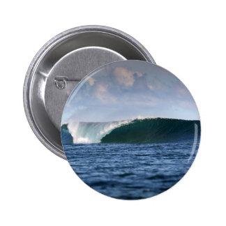 Onda que practica surf de Indo el Pacífico Pin Redondo De 2 Pulgadas