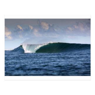 Onda que practica surf de Indo el Pacífico Postal