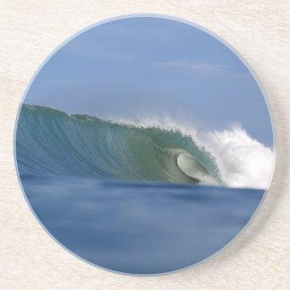 Onda que practica surf de la isla tropical verde posavasos cerveza
