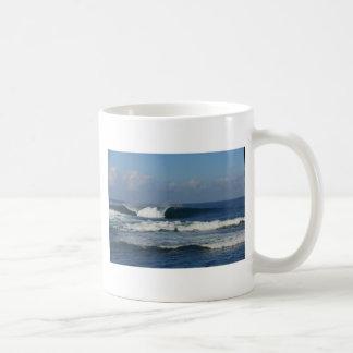 Onda que practica surf del filón tropical azul taza