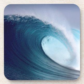 Onda que practica surf del océano azul posavasos