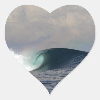 Onda que practica surf del océano tropical azul pegatina en forma de corazón