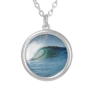 Onda que practica surf del paraíso tropical collar