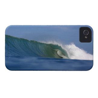 Onda que practica surf hueco en el iphone del iPhone 4 Case-Mate carcasas
