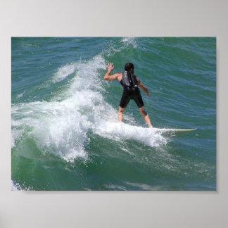 Onda que practica surf póster