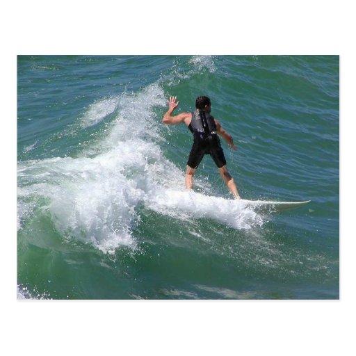 Onda que practica surf tarjetas postales