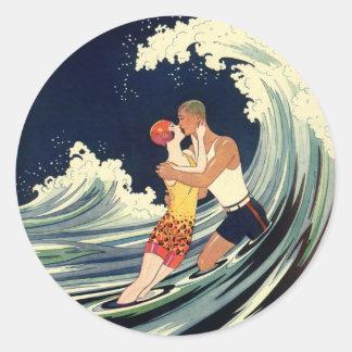 Onda romántica de la playa del beso del amor del pegatina redonda