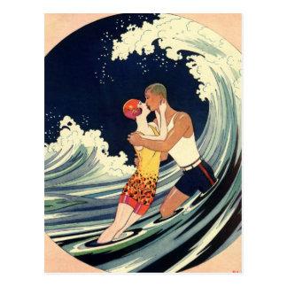 Onda romántica de la playa del beso del amor del postal