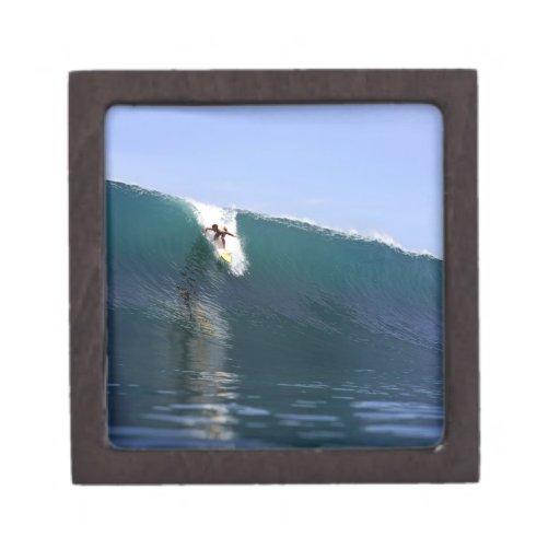 Onda tropical enorme de la isla que practica surf cajas de regalo de calidad
