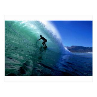 Onda verde que practica surf