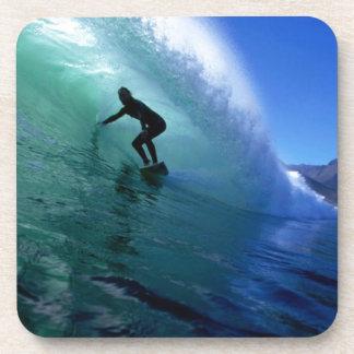 Onda verde que practica surf posavasos de bebida