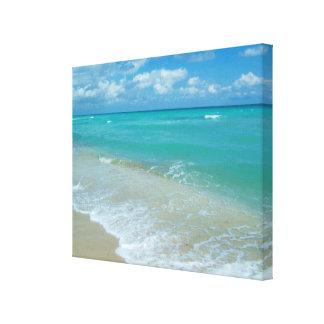 Ondas azules brillantes de la playa de la aguamari impresión en tela