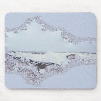 Ondas costeras enormes con el rastro del fractal d alfombrilla de ratones