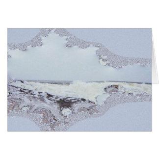Ondas costeras enormes con el rastro del fractal d tarjeta de felicitación
