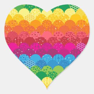 Ondas de arco iris pegatina en forma de corazón