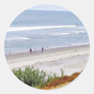 Ondas de arena del agua del océano de la playa pegatina redonda