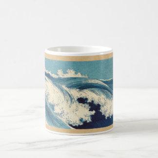 Ondas de balanceo con la taza del mar