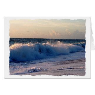 Ondas de fractura decididas en una playa de la tarjeta pequeña