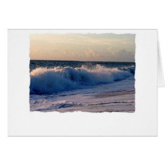 Ondas de fractura decididas en una playa de la tarjeta de felicitación