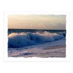 Ondas de fractura decididas en una playa de la postal