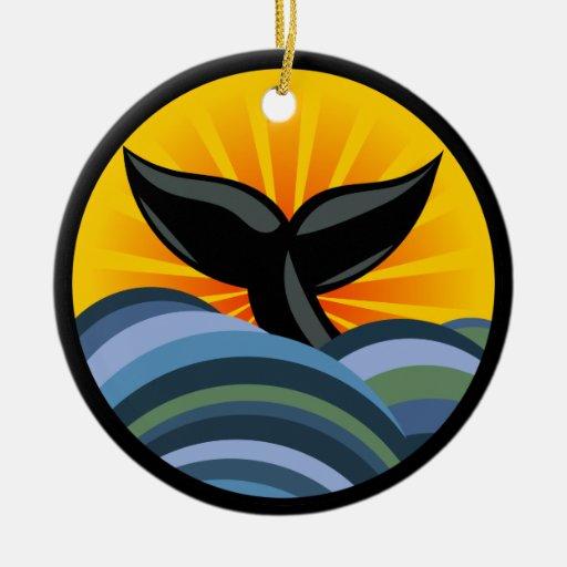 Ondas de la cola de la ballena y ornamento del adorno navideño redondo de cerámica