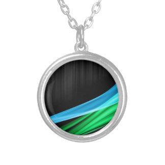 Ondas de verde claro contra una base del negro de  collar plateado