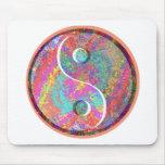 Ondas del arco iris de YinYANG - balanza de Yin Ya Tapetes De Ratones
