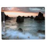 Ondas en la playa de la puesta del sol, Cataluña,