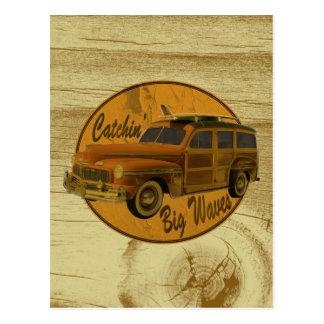 ondas grandes del catchin en la madera del woodie tarjetas postales
