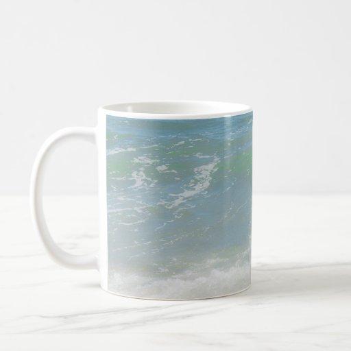 Ondas pacíficas azules del mar verde taza básica blanca