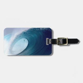 Ondas que practican surf del océano azul etiquetas para maletas