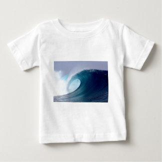 Ondas que practican surf del océano azul polera