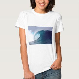 Ondas que practican surf del océano azul remeras