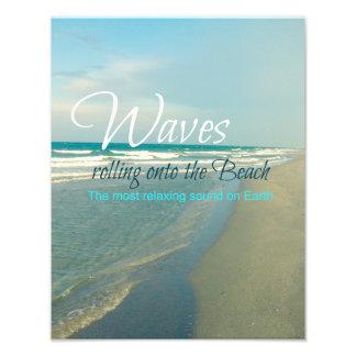 Ondas que ruedan sobre la playa fotografías