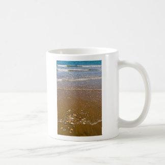 Ondas que salpican en una taza de café clásica de