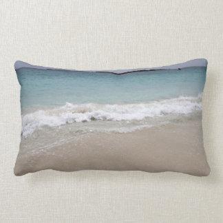Ondas que se estrellan en la playa almohada