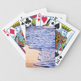 Ondas que se rompen en orilla tropical baraja de cartas