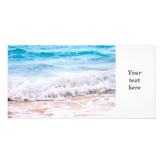 Ondas que se rompen en orilla tropical tarjeta personal