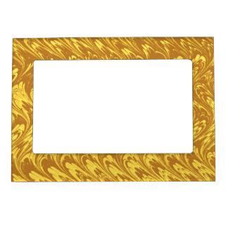 Ondas retras del oro amarillo de los remolinos del marcos magnéticos de fotos