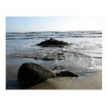 Ondas serenas sobre rocas tarjeta postal