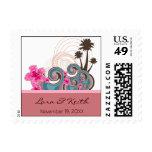 Ondas tropicales y sellos rosados de la invitación