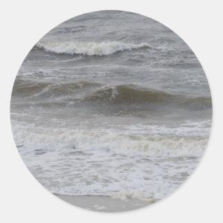 Ondas y espuma de la playa pegatina redonda