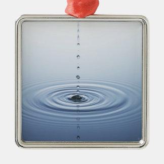 Ondulación en el agua adorno cuadrado plateado
