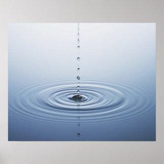 Ondulación en el agua póster