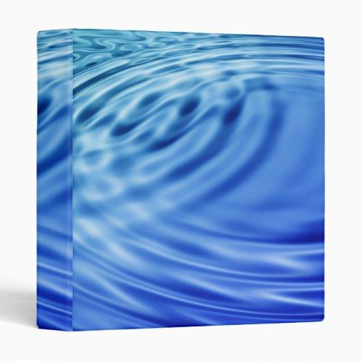 Ondulaciones apacibles del agua azul