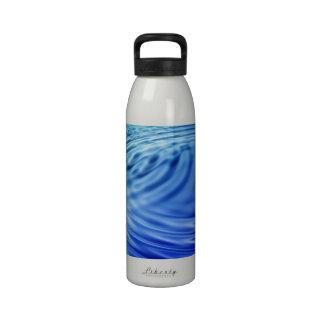 Ondulaciones apacibles del agua azul botellas de agua reutilizables
