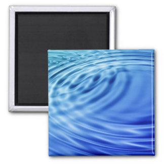 Ondulaciones apacibles del agua azul imán cuadrado