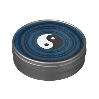 Ondulaciones azules de los círculos concéntricos d jarrones de caramelos